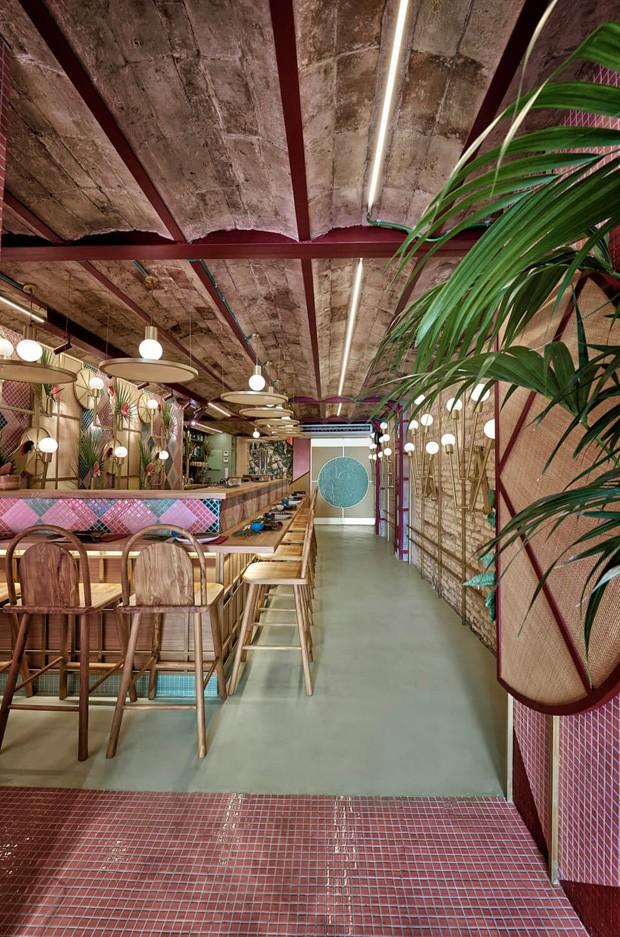 Restaurante japonês em Valência tem decoração inspirada no tropicalismo brasileiro (Foto: Divulgação)