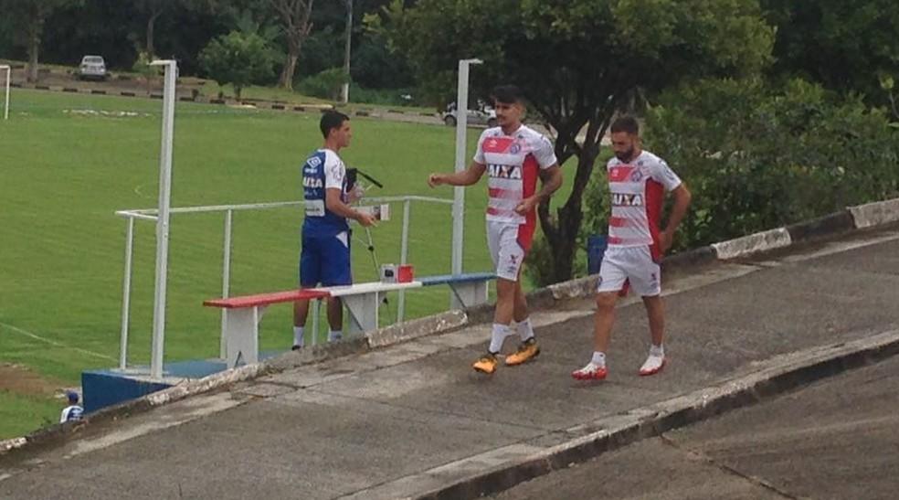Thiago Martins desce para o campo de treinamento no Fazendão (Foto: Rafael Teles)