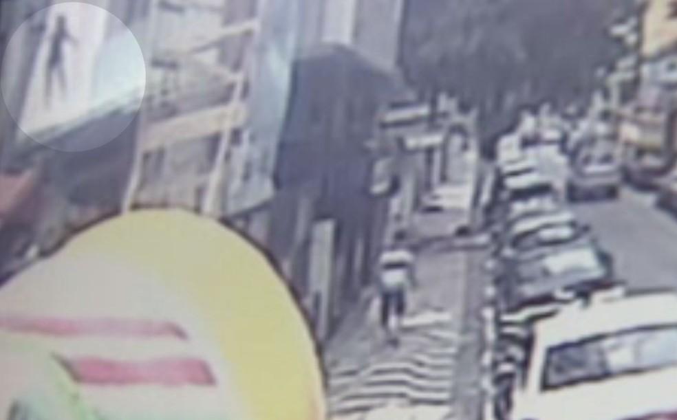Câmera registrou queda de mulher em prédio em São Vicente, SP — Foto: Reprodução