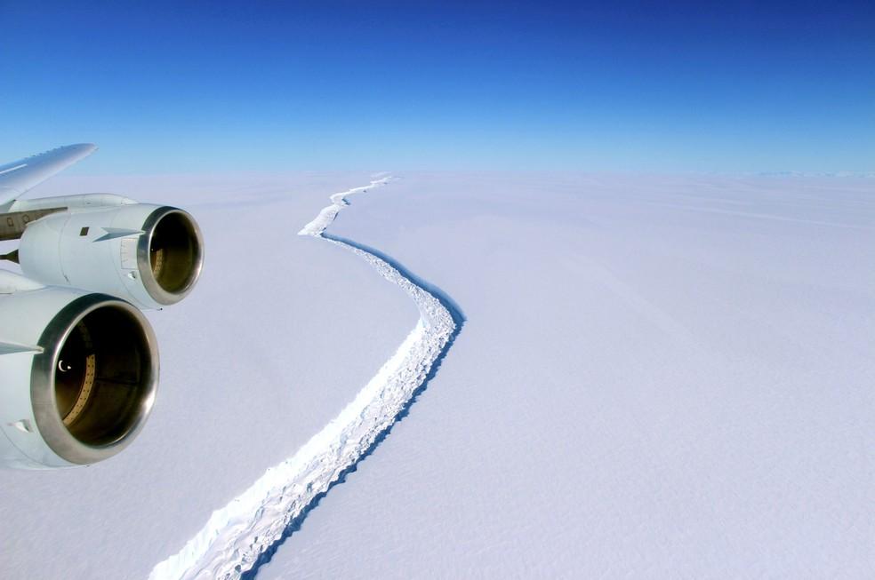 Foto de arquivo fornecida pela Nasa mostra fenda se formando no gelo da plataforma Larsen C (Foto: NASA/Handout via REUTERS/File )