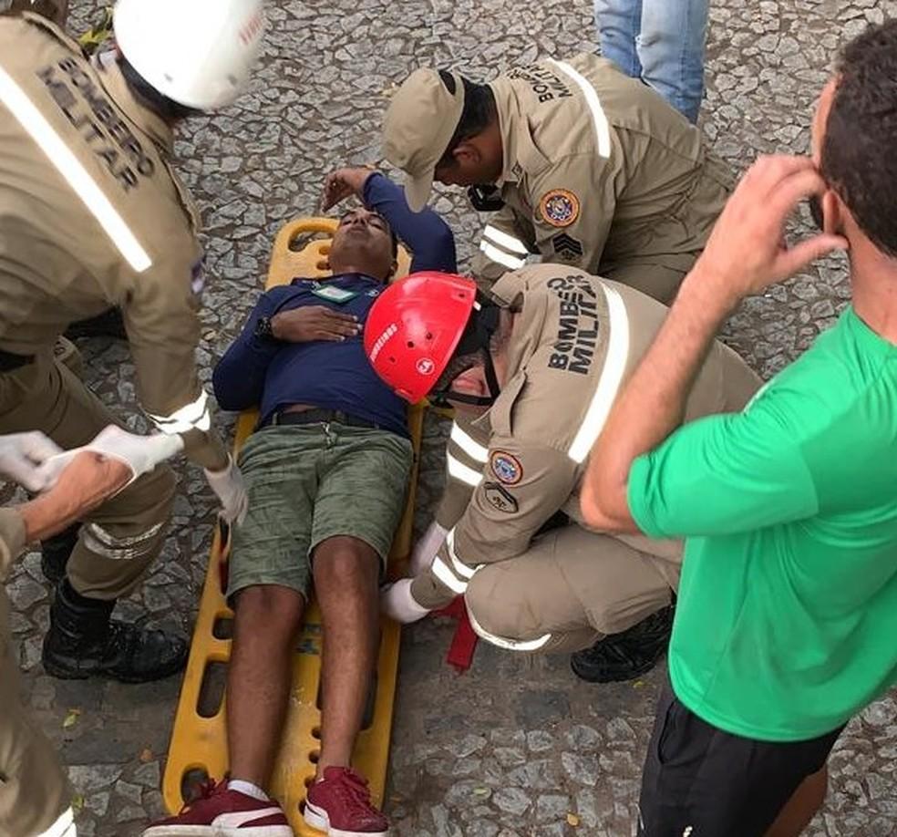 Operador de áudio da TV Globo Klauber estrela foi agredido e ficou machucado durante Galo da Madrugada  — Foto: Kleber Estrela/WhatsApp