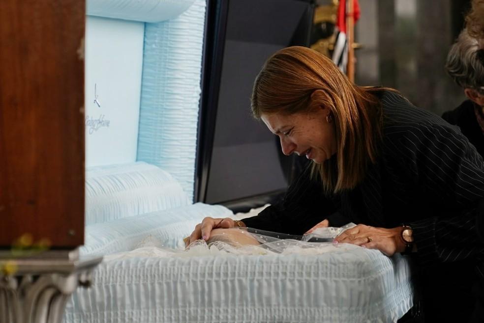 Rose Miriam Di Matteo, viúva de Gugu Liberato, toca no corpo do apresentador e chora durante velório na manhã desta sexta (29) na Alesp — Foto: Marcelo Brandt/G1