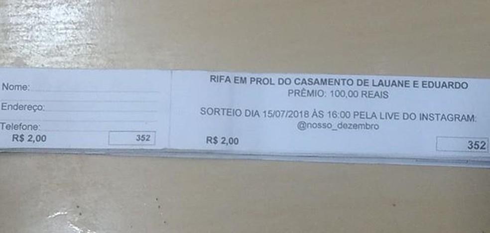 Além da venda de água no trânsito de Campina Grande, o casal fez rifas para arrecardar dinheiro para a festa (Foto: Lauane Teotônio/Arquivo Pessoal)
