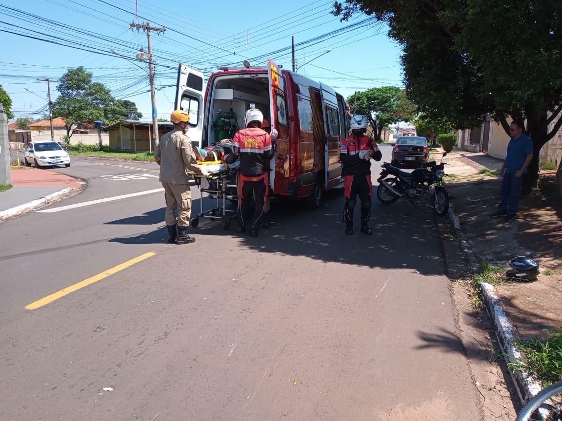 Mulher e idoso ficam feridos em colisão entre bicicleta e moto em bairro de Campo Grande