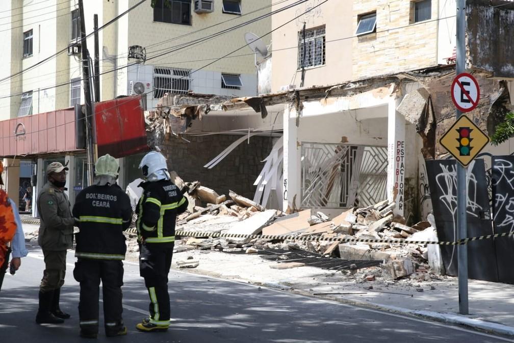 Bombeiros trabalham em local de prédio que desmoronamento em Fortaleza — Foto: Fabiane de Paula