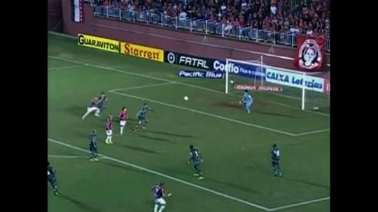 Hugo cabeceia e quase marca o terceiro gol do Joinville