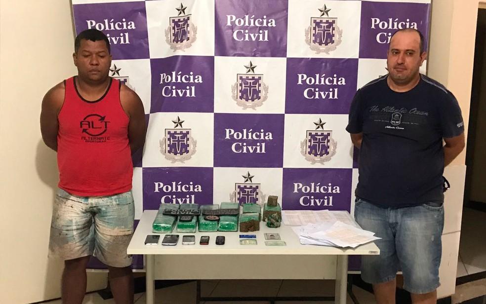 Jair Ribeiro da Silva [de vermelho] e Marcelo Sarruf [de preto] foram presos em Santa Maria da Vitória (Foto: Divulgação/Polícia Civil)