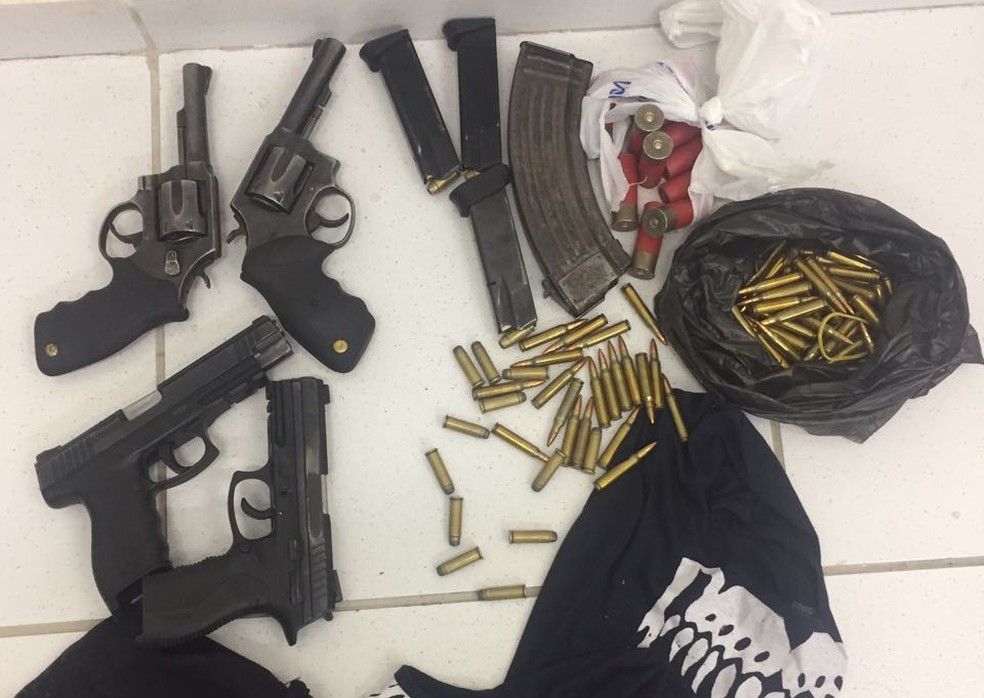 Armas, munição de vários calibres, carregor de fuzil e roupas foram encontrados no carro usado pelos homens que assaltaram carro-forte no Recife (Foto: Polícia Civil/Divulgação)