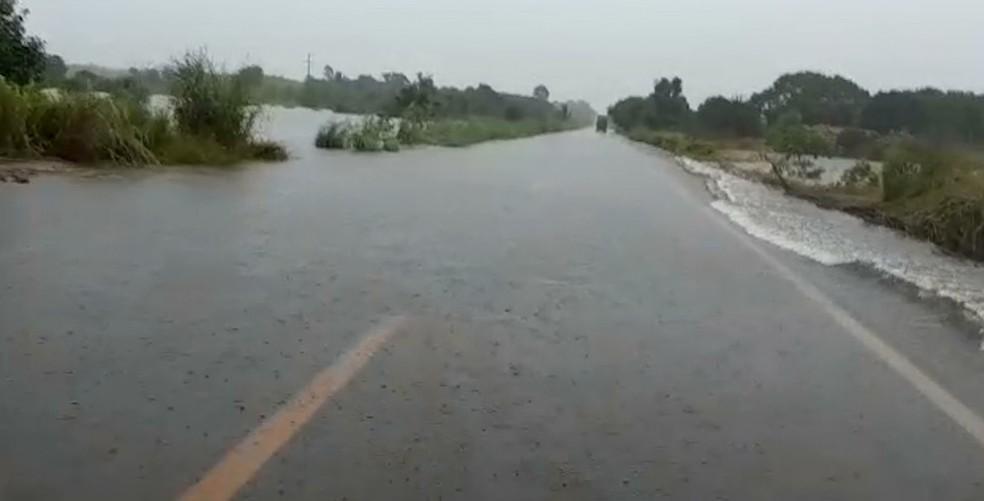 Na BR-316 no Alto Turiaçu é necessário atenção e cuidado porque os riachos transbordaram.  — Foto: Reprodução/ TV Mirante