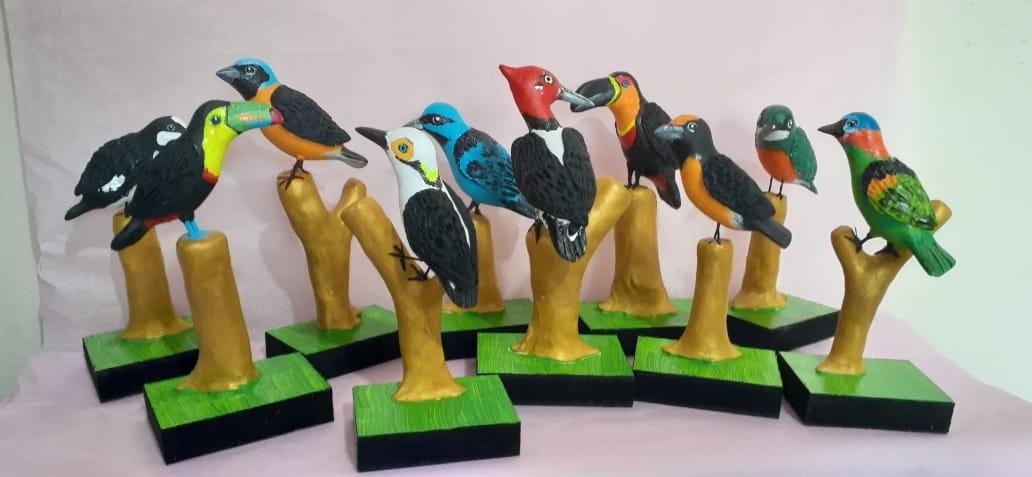 Aves são representadas em miniaturas por artesão