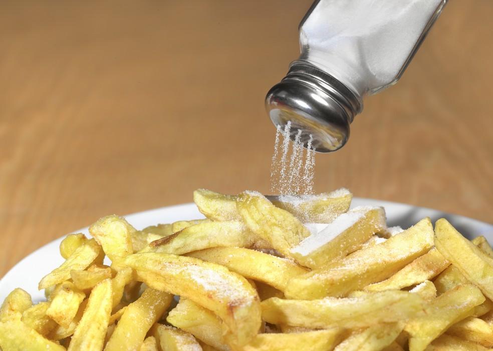 A utilização de fritura aumenta a densidade energética do alimento contribuindo para ganho de peso (Foto: Getty Images)
