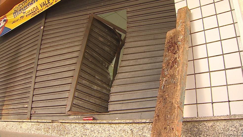 Pedaço de madeira supostamente usado na ação foi deixado ao lado da porta arrombada (Foto: Reprodução/TV Vanguarda)