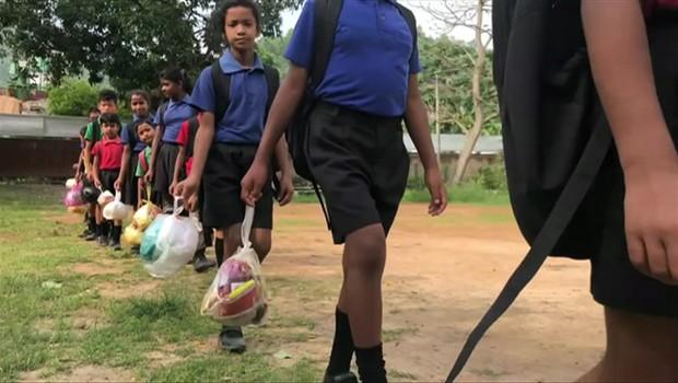 A escola onde crianças pagam mensalidade com plástico (Foto: BBC)