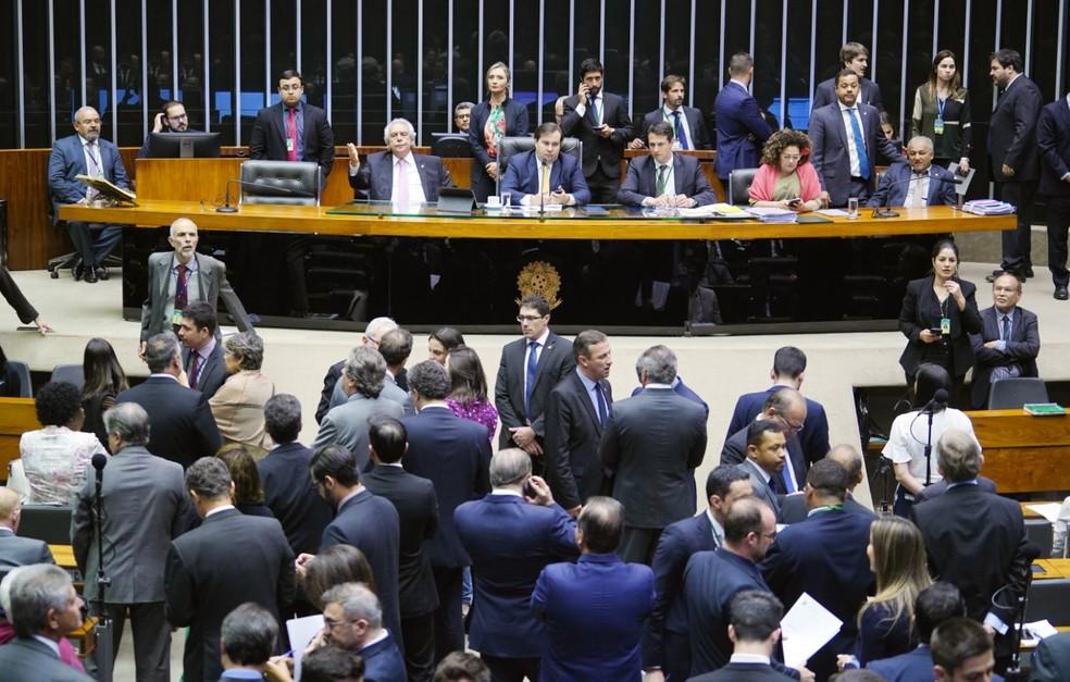 Deputados reunidos no plenário da Câmara durante a sessão desta terça-feira (13) — Foto: Pablo Valadares/Câmara dos Deputados