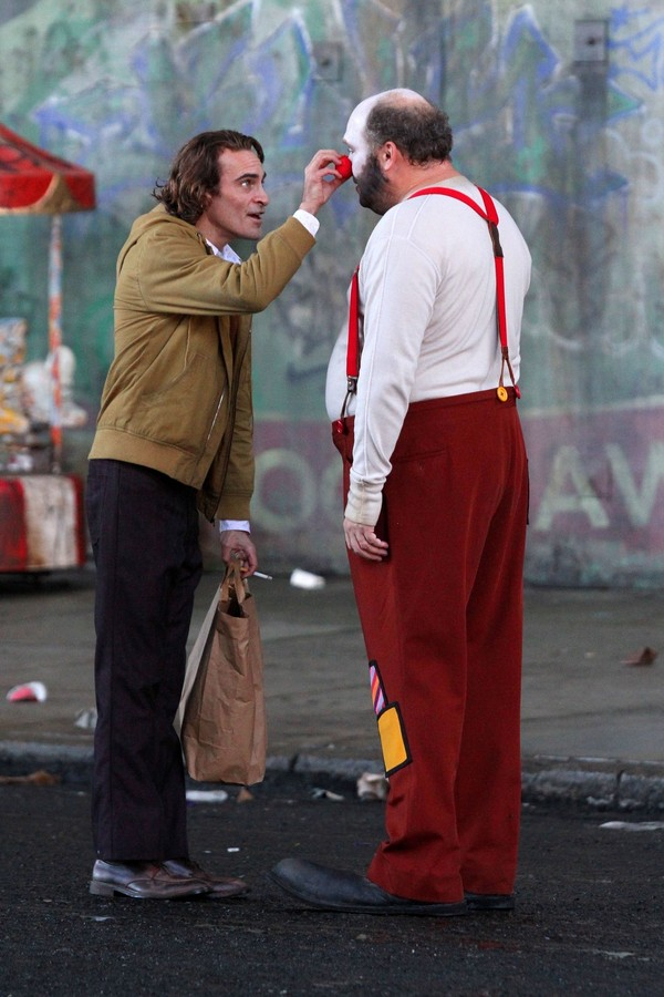 "New York, NY  - A very thin and gaunt looking Joaquin Phoenix is seen for the first time on the set of ""The Joker"" filming in Manhattan's Harlem neighborhood.  The scene involved a clown in which Joaquin's character can be seen pulling off The joker's tra (Foto: BrosNYC / BACKGRID)"