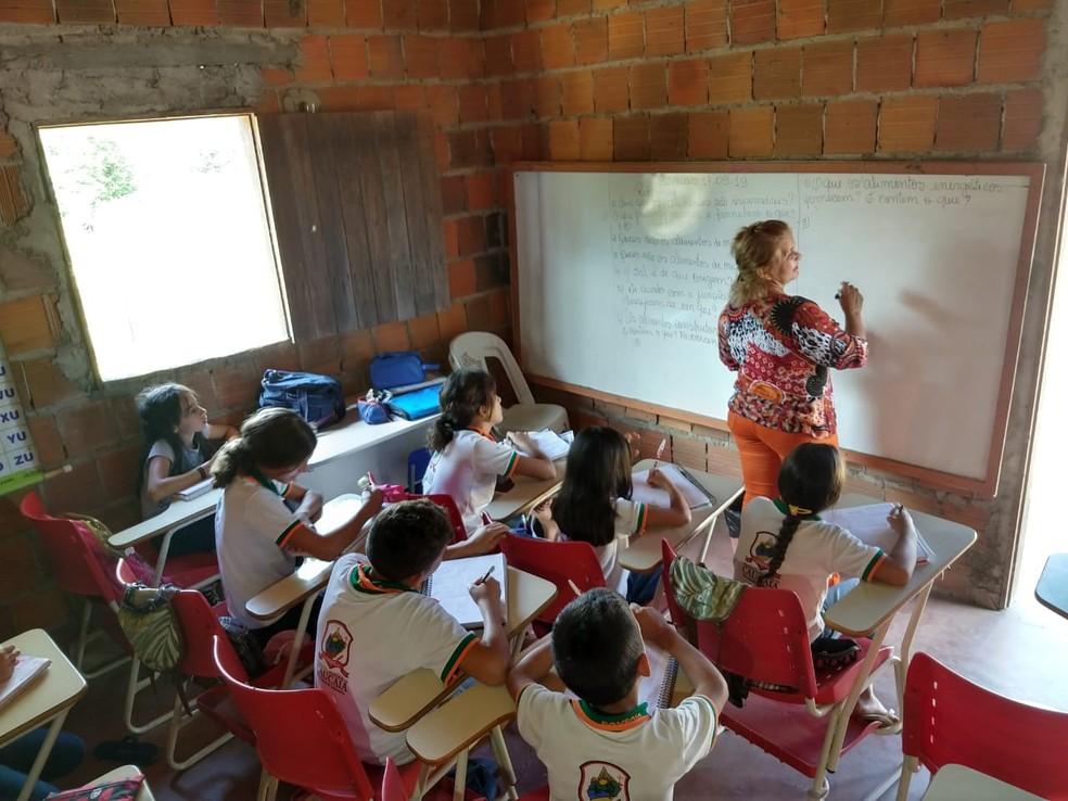 Sala e quartos de casa também são usados como salas de aula improvisadas — Foto: Almir Gadelha/TV Verdes Mares