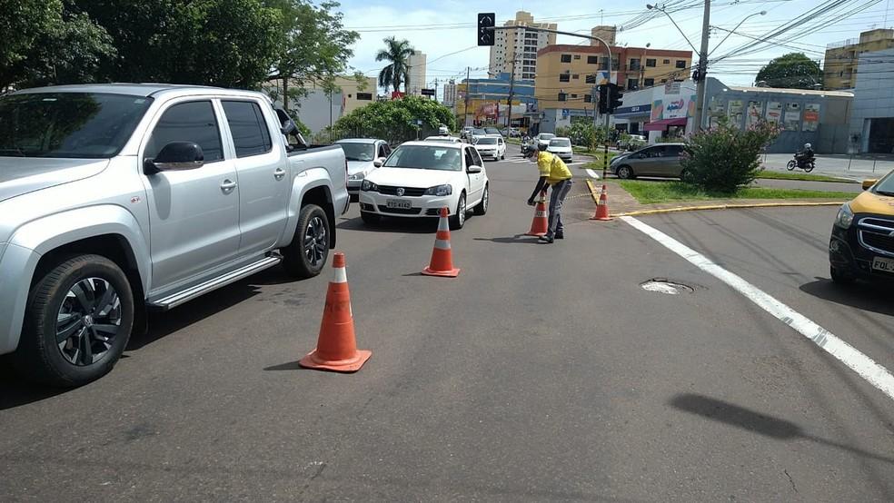 Avenida 14 de Setembro foi interditada para a remoção do veículo da rotatória — Foto: Semob