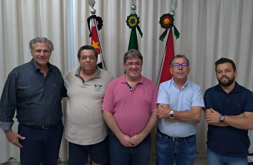 Da esq. p/ a dir.: Silvio Rodrigues (secretário de Governo de Dracena), Cidão (supervisor do novo time e gestor da franquia Intelli), Juliano Brito Bertolini (prefeito de Dracena), Amarildo Rugani (proprietário da Tempersul Vidros Temperados) e Lucas Henrique Batista (presidente do Futsal de Dracena) — Foto: Futsal de Dracena / Cedida