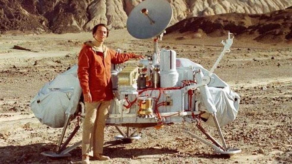 Carl Sagan, ao lado de espaçonave em 1993 — Foto: Divulgação