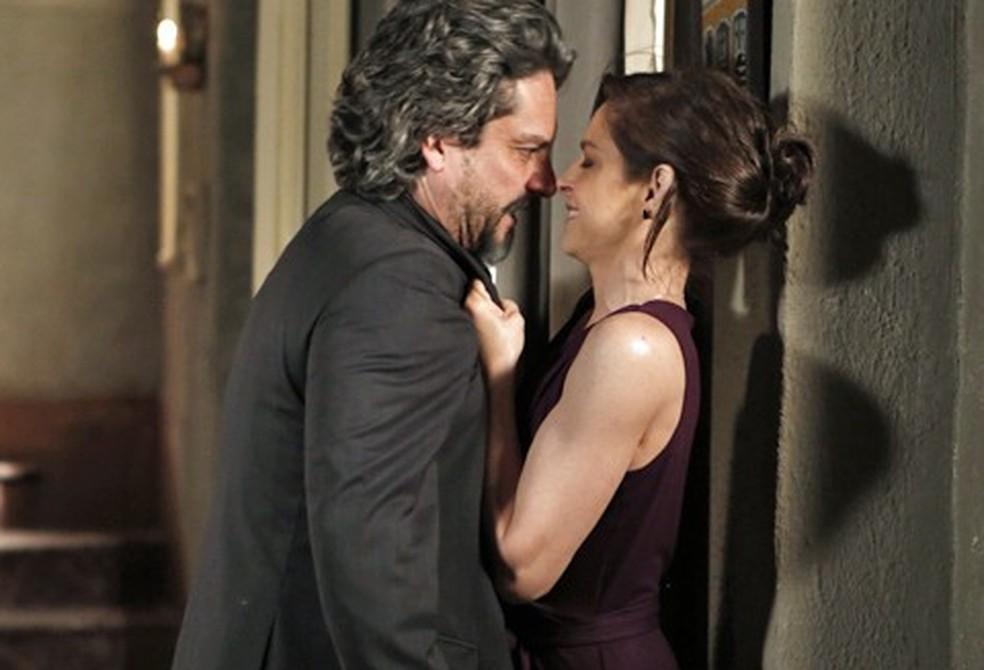 José Alfredo (Alexandre Nero) perde a paciência com Cora (Drica Moraes) e grita para ela devolver o seu diamante - 'Império' — Foto: Inácio Moraes/Globo