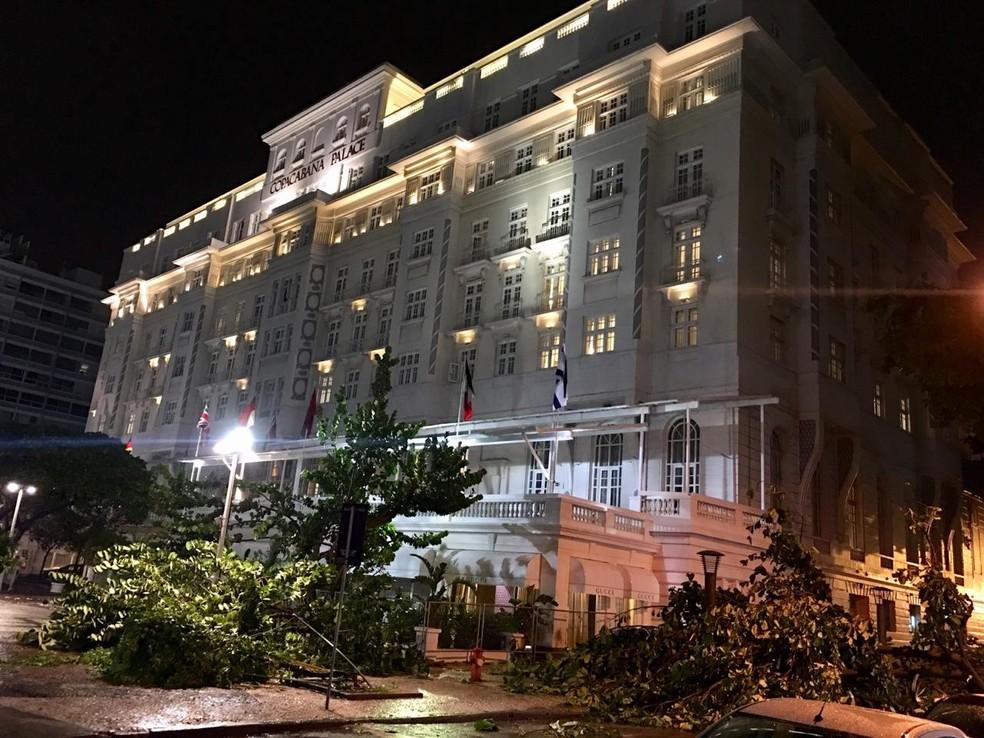Árvores caídas em frente ao Hotel Copacabana Palace — Foto: Júlio Botelho/Arquivo Pessoal