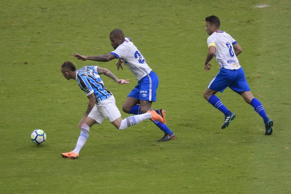 Dominado em casa: Cruzeiro abusa de lançamentos, erra passes e vê Grêmio controlar a bola