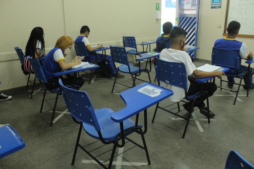 Assentos estão marcados, mas distância é inferior a 1,5m. — Foto: Matheus Castro/G1 AM