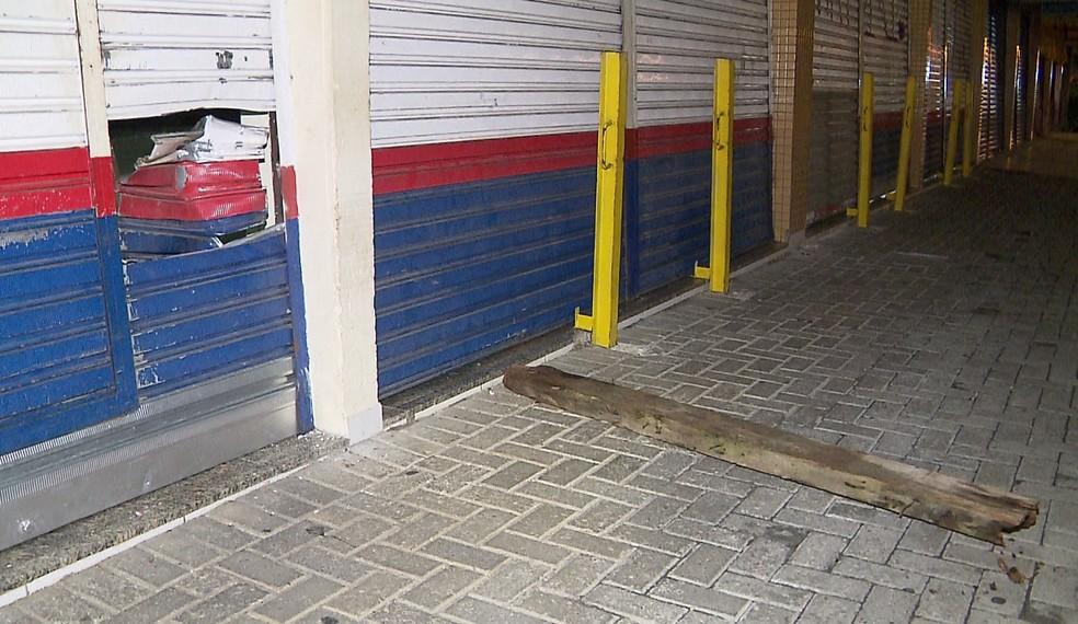 Ladrões fizeram um buraco na porta da loja, em Pinhais. — Foto: Reprodução/RPC