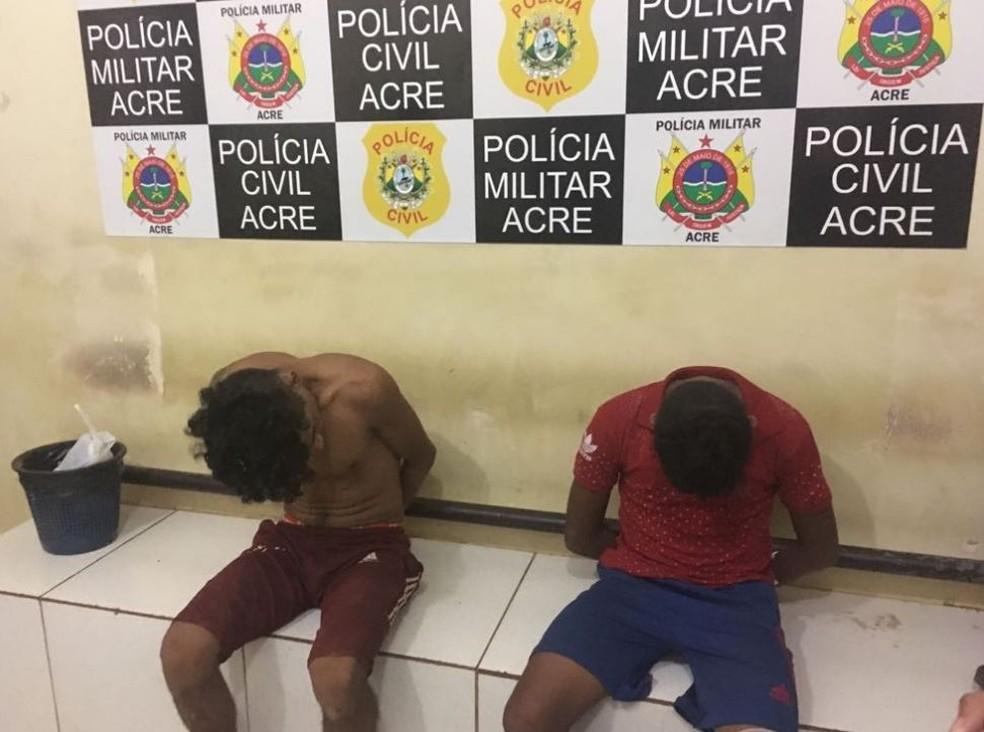 Duas pessoas foram levadas para a Defla após tiroteio; mais dois suspeitos estão no PS (Foto: Janequeli Silva/CBN)