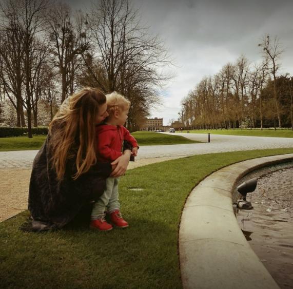 Tessa Clark com um dos filhos (Foto: Reprodução Facebook)
