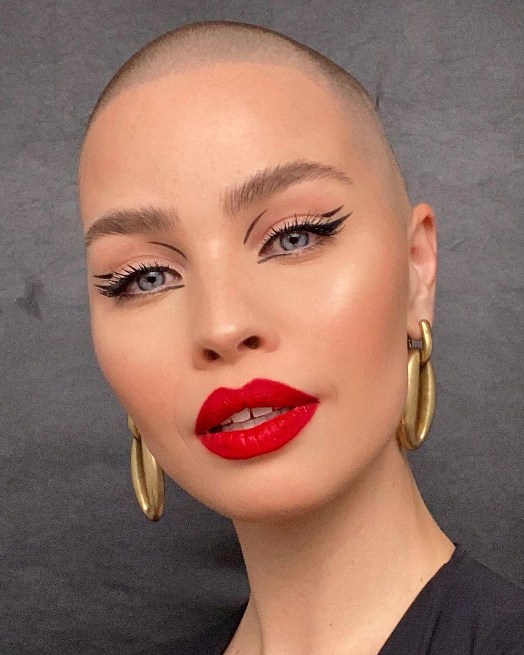 A maquiadora holandesa Celine Bernaerts de batom vermelho (Foto: reprodução Instagram @celine_bernaerts)