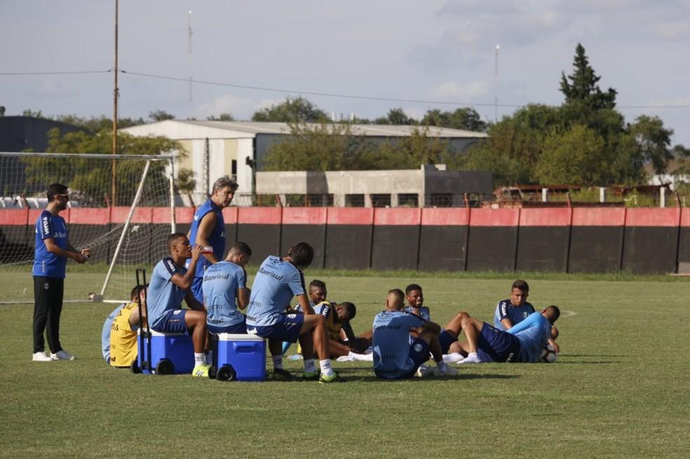 Renato Gaúcho conversa com os jogadores no gramado — Foto: Eduardo Moura