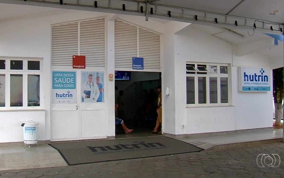 Pacientes e servidores denunciaram falta de médicos e coleta de lixo no Hutrin — Foto: TV Anhanguera/Reprodução