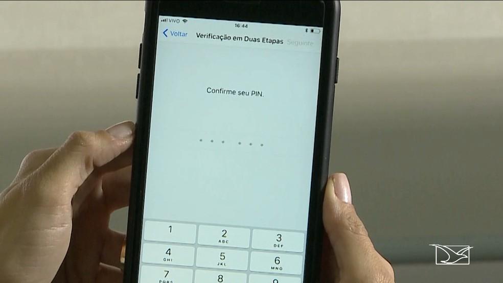 Ativar a 'verificação em duas etapas' evita que um bandido tenha facilidade em usar uma conta de WhatsApp por meio de um chip de celular roubado (Foto: Reprodução/TV Mirante)