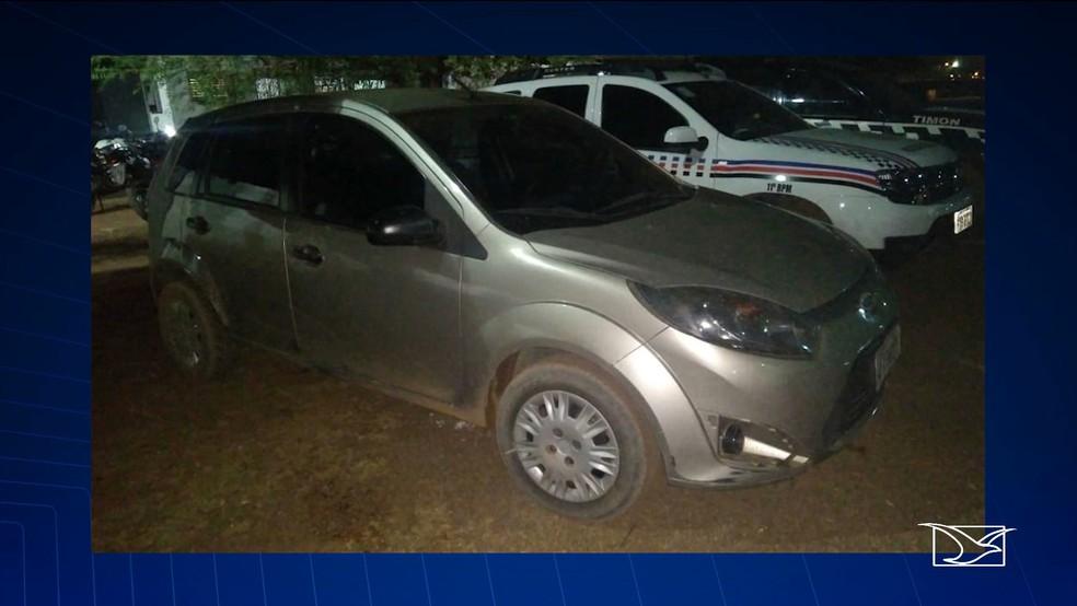 Carro roubado em Teresina e levado até Timon. Veículo foi alvejado após uma troca de tiros, segundo a polícia. — Foto: Reprodução/TV Mirante