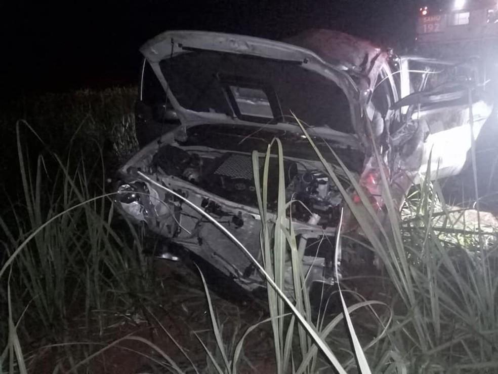 Capotamento ocorreu no final da noite de sábado (14) em uma estrada vicinal em Pederneiras (SP).  — Foto: Acontece Cidade/Divulgação