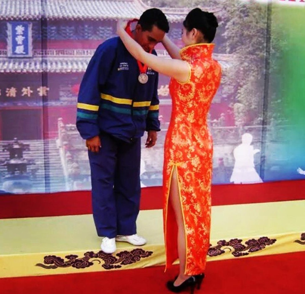 Jânio Lira recebe medalha no Mundial de Kung Fu disputado na China, em 2010 — Foto: Arquivo Pessoal