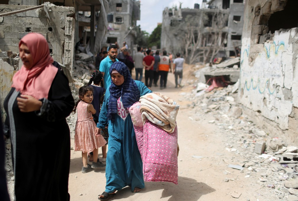 Palestinos voltam para suas casas destruídas após a trégua Israel e Hamas, em Beit Hanoun, no norte da Faixa de Gaza — Foto: Mohammed Salem/Reuters