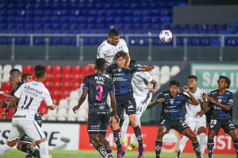 Diego Souza sobe para marcar para o Grêmio contra o Del Valle — Foto: Staff images/Conmebol