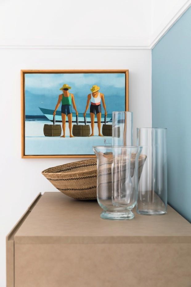 """Entrada. O morador """"pegou emprestada"""" da casa de seus pais esta belíssima pintura de pescadores, que fica logo na entrada do apê, junto como cesto de palha. Você devolveria? Eu não! (Foto: Lufe Gomes / Editora Globo)"""