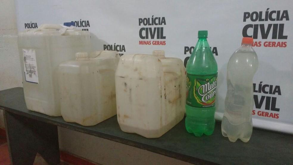 Na casa de Damião foram apreendidos diversos galões com álcool (Foto: Juliana Peixoto/ G1)