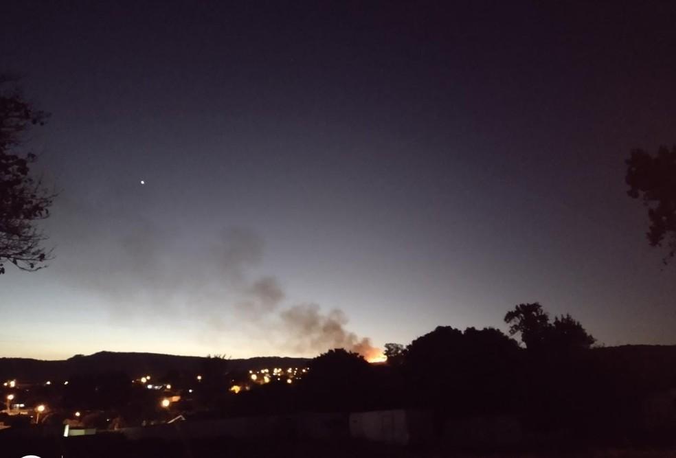 Imagens mostram chamas em área de mata em São Pedro — Foto: Viviane Meyer