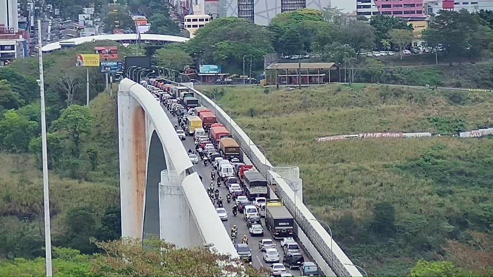 Protesto congestionou o trânsito na ponte, em direção a Cidade do Leste, no Paraguai, nesta quinta-feira (29) — Foto: RPC/Reprodução