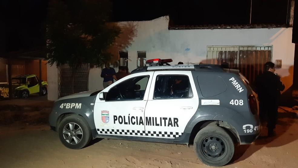 Homem foi morto a tiros na frente dos dois filhos no bairro de Pajuçara, Zona Norte de Natal — Foto: Sérgio Henrique Santos / Intertv Cabugi