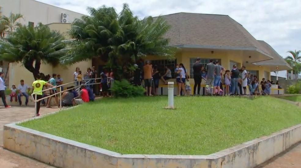 Emanuelle é velada por amigos e familiares no Velório Municipal de Chavantes — Foto: Reprodução/TV TEM