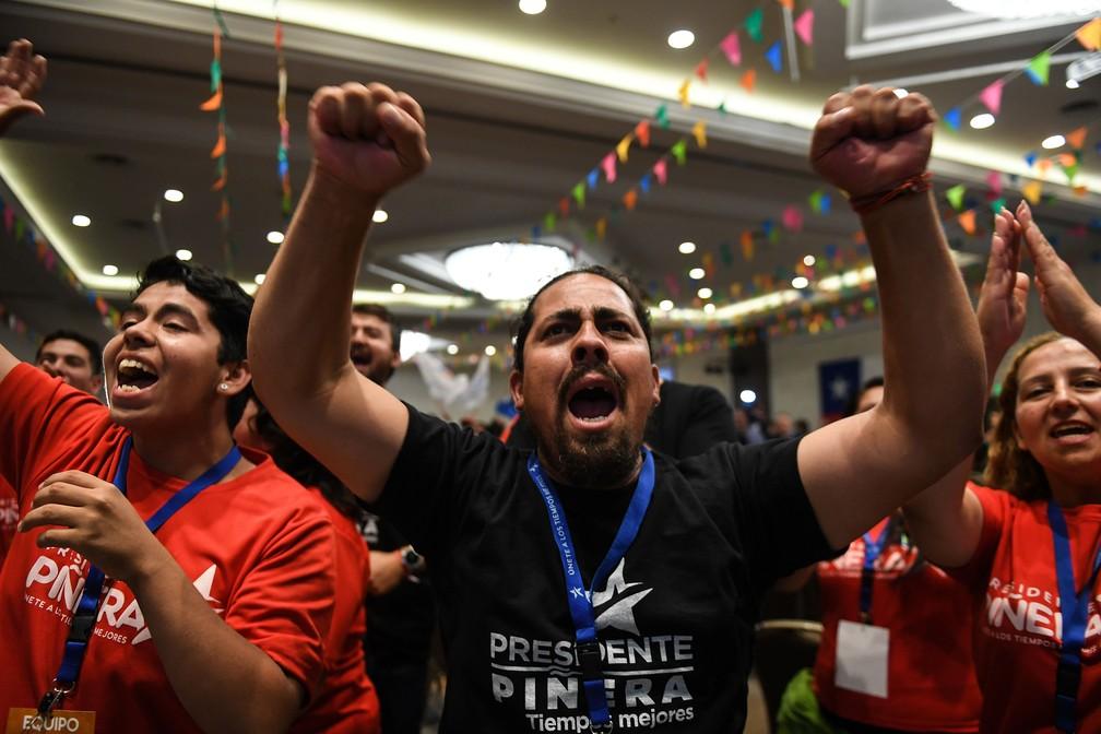 Apoiadores de Sebastián Piñera comemoram sua vitória no segundo turno presidencial deste domingo (17) no Chile (Foto: Martin Bernetti/ AFP)