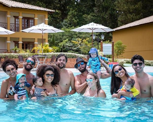 Sheron Menezzes, Juliana Alves, Maíra Charkem e Aline Dias com os maridos e bebês (Foto: Reprodução / Instagram)
