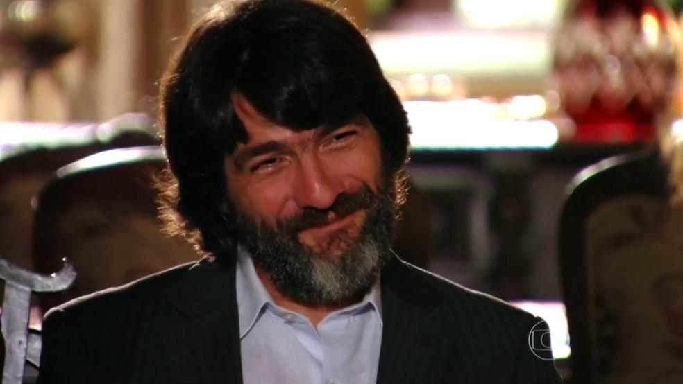 Dom Rafael (Cesar Troncoso) conta a Alberto (Igor Rickli) que Duque (Jean Pierre Noher) tem várias identidades - 'Flor do Caribe' — Foto: Globo