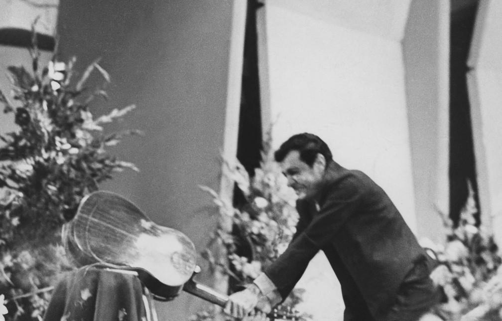 Sérgio Ricardo quebra o violão, e depois o arremessa no público, após ser vaiado ao cantar a música'Beto Bom de Bola', no Terceiro Festival de Música Popular Brasileira, da TV Record de São Paulo, em 1967 — Foto: Estadão Conteúdo/Arquivo