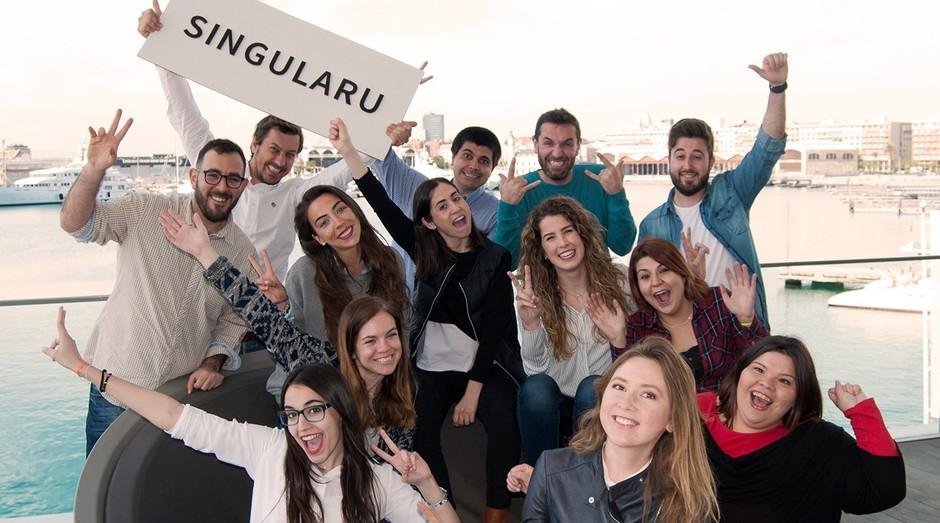Cristina Aristoy, de preto, no centro, e Paco Tormo, com a placa, com a equipe da Singularu (Foto: Divulgação)